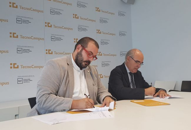 David Bote (Mataró's mayor and TecnoCampus president) and Josep Pujadas (president of BMG) signing the agreement.